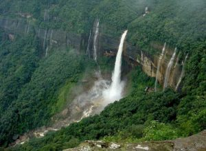 335 m tall Nohkalikai Falls falling from Cherrapunji plateau are fed just by 2 km long stream. Without heavy rains it would be much smaller