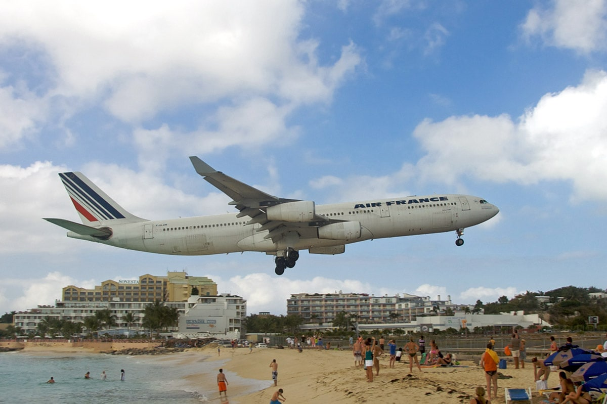 Landing of aircraft above Maho Beach, Sint Maarten