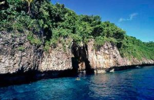 A boat approaches Mariners Cave, Tonga