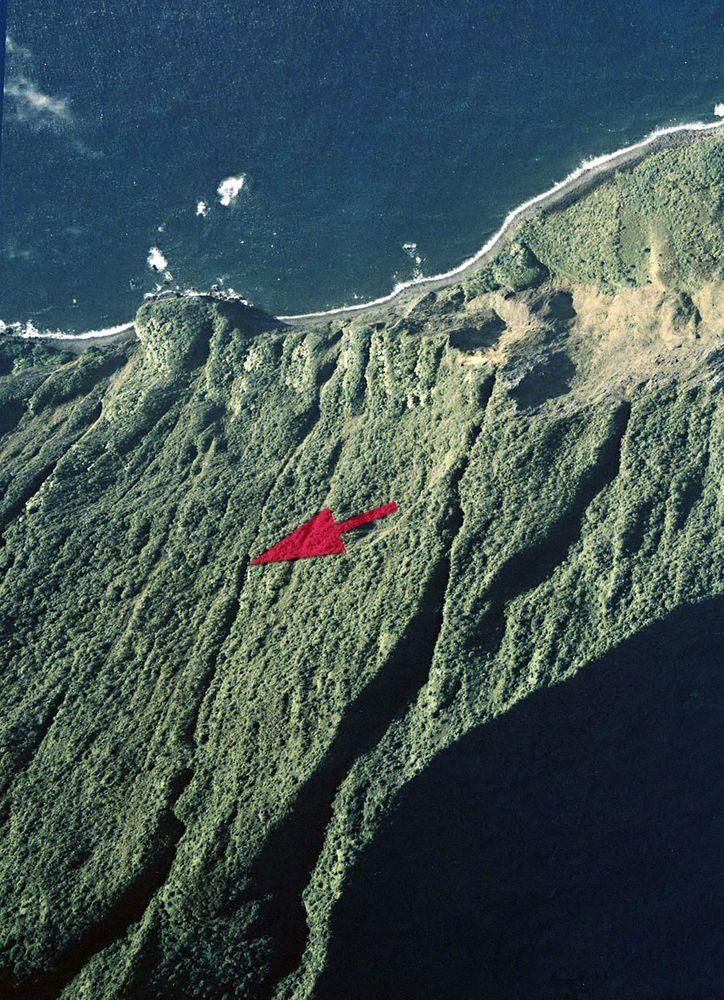 Pu'uka'oku Falls from above, marked with red arrow