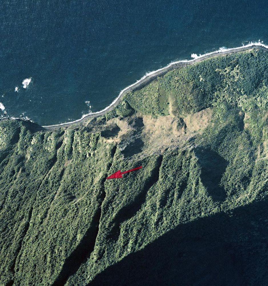 Wailele Falls of Moloka'i from above, marked with red arrow / US NOAA/NOS Aerial Photography by Pacific Disaster Center, 2000, public domain