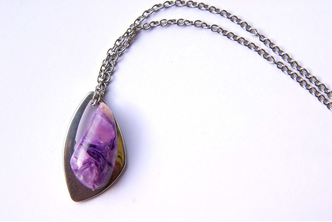 Use of charoite in jewelry