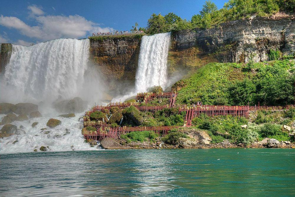 Bridal Veil Falls and tourists, Niagara