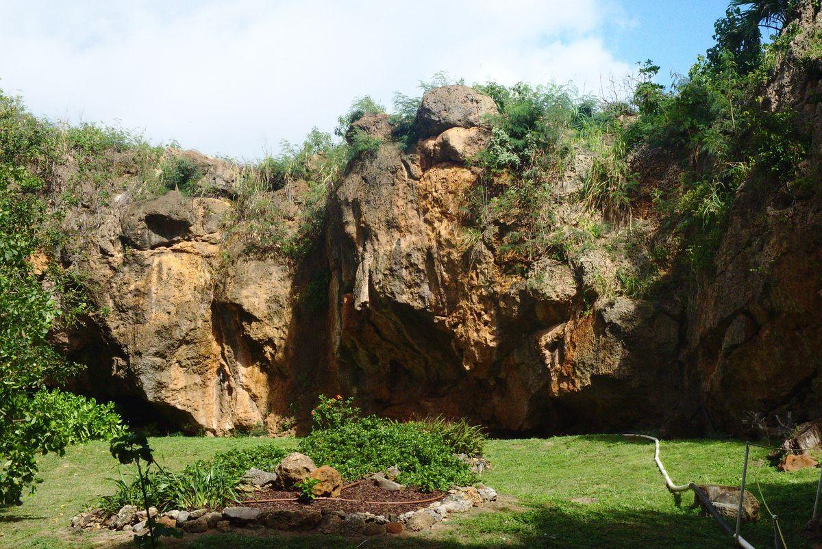 Makauwahi sinkhole - enatrance in the cave